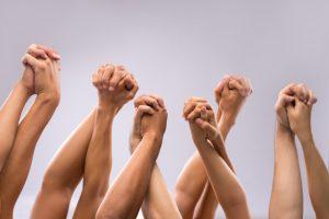 plusieurs personnes qui se tiennent les mains