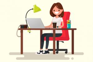 femme chez elle entrain de travailler sur l'ordinateur